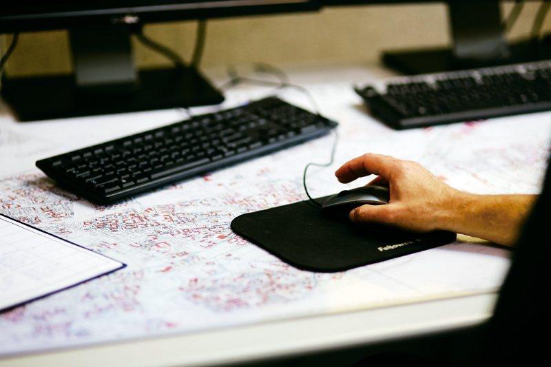 27歲陳姓女患者從事網路設計工作,農曆年前不斷趕工,每天待在電腦前10多小時,她...