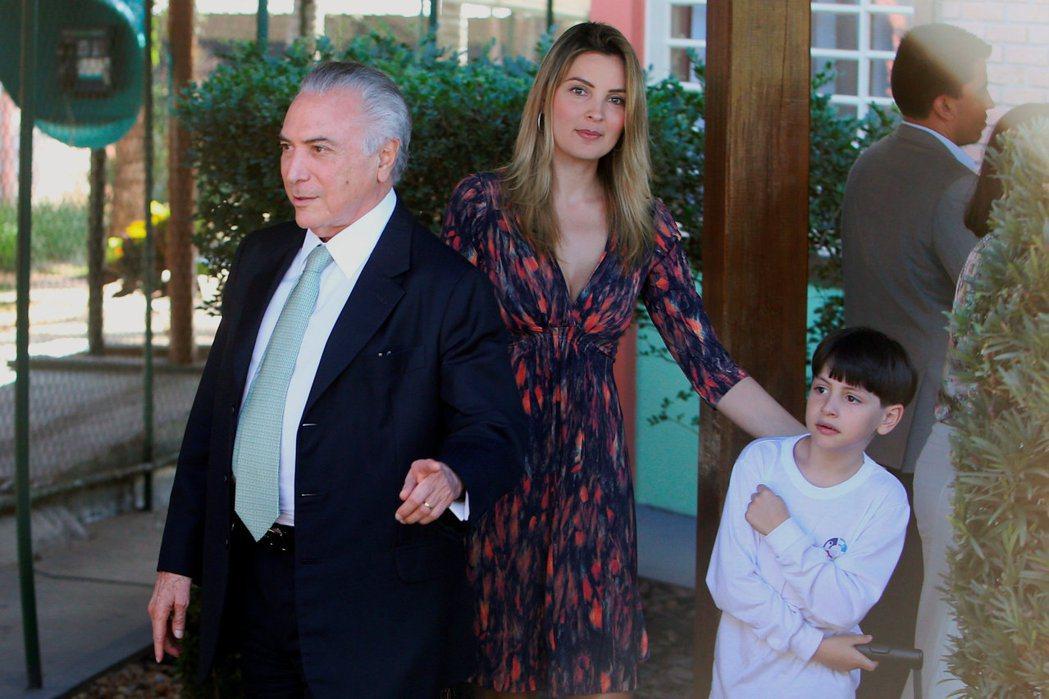 巴西總統泰梅爾(左)和妻子馬塞拉(中)及兒子(右)倉皇搬離總統官邸,原因竟是鬧鬼...