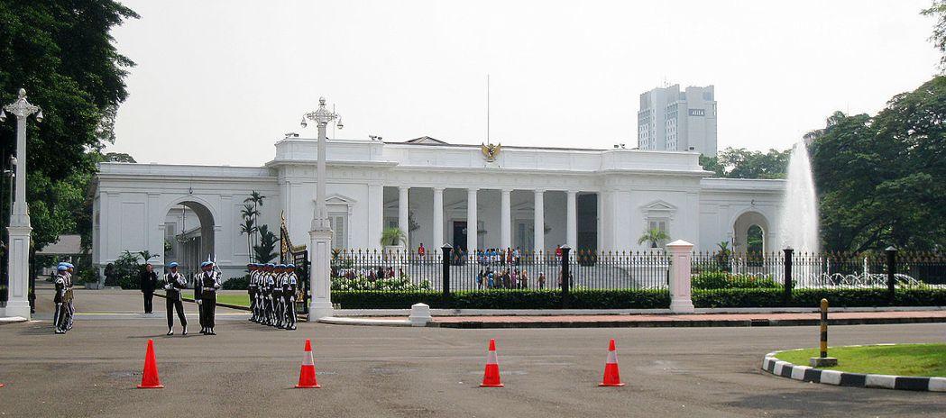 傳印尼總統官邸會有烏雲盤旋天花板,那室內會不會雨落不停? 圖/取自維基百科