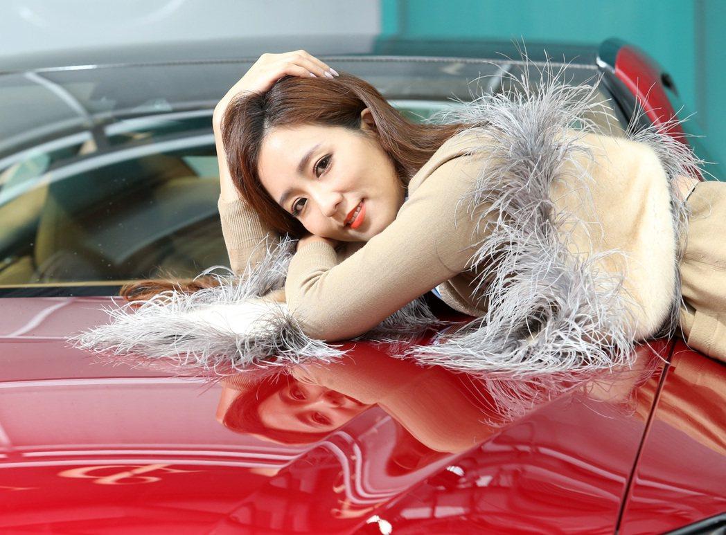 周曉涵喜歡LC500的帥氣外型。身穿PRADA駝色針織外套39,000元、內搭P...