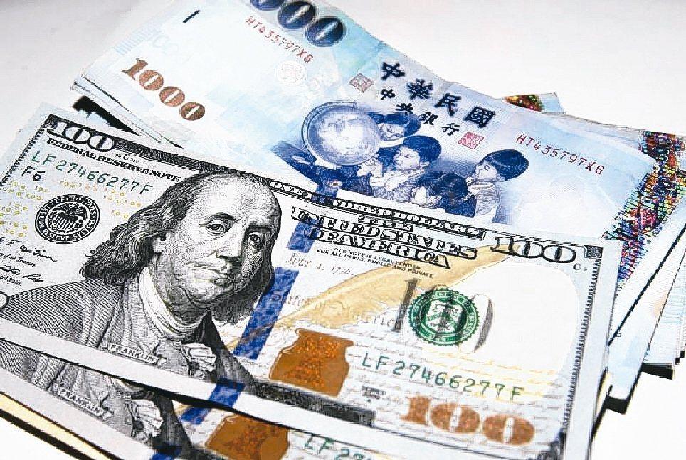 升息是貨幣走強的訊號,美元是國際強勢貨幣。 圖/本報資料照片