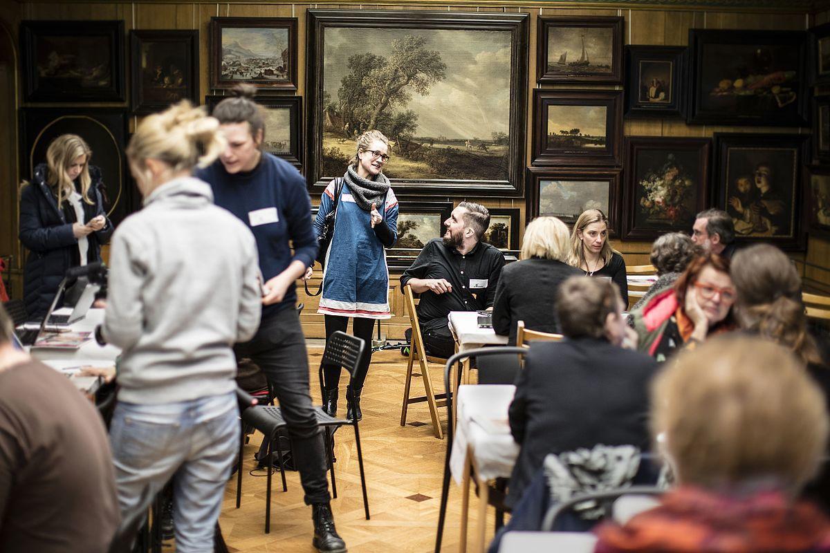 於斯德哥爾摩一家美術館中,大家聚在一起編輯維基百科。圖/取自wikipedia。