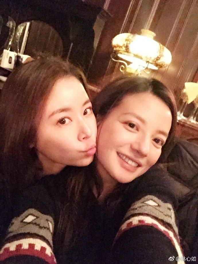 林心如一早便在微博曬照為好友趙薇(右)慶生。圖/取自微博