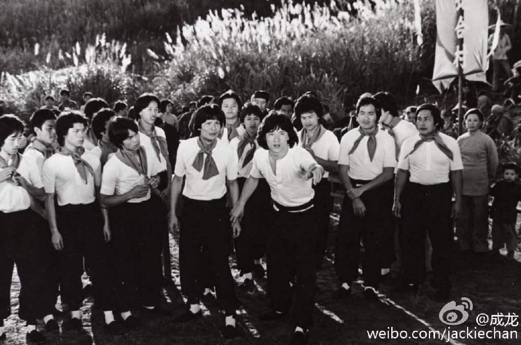 成龍(中)自爆小鮮肉時期也曾被男性性騷擾。圖/取自微博