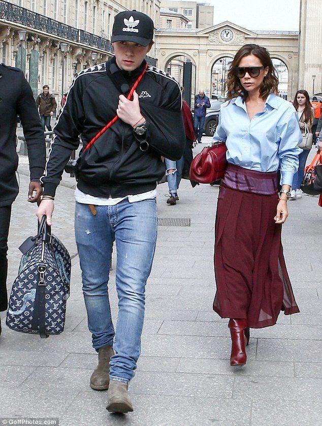 維多利亞貝克漢穿著最新發表的Victoria Beckham秋冬系列藍色襯衫搭配