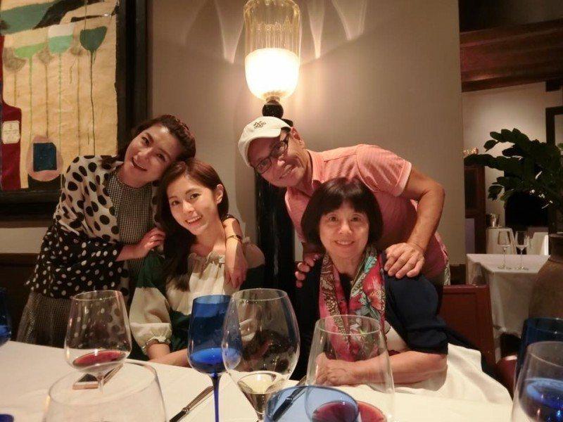 Selina(左)、任容萱、任媽及任爸一家人感情融洽。圖/摘自臉書