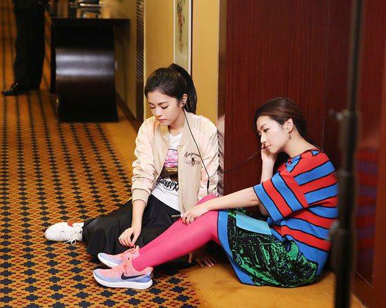 Selina(右)及妹妹任容萱在外偷聽爸爸吐露心事。圖/摘自搜狐娛樂