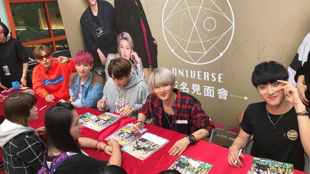 世界少年幫台灣粉絲簽書。圖/寰亞傳媒提供