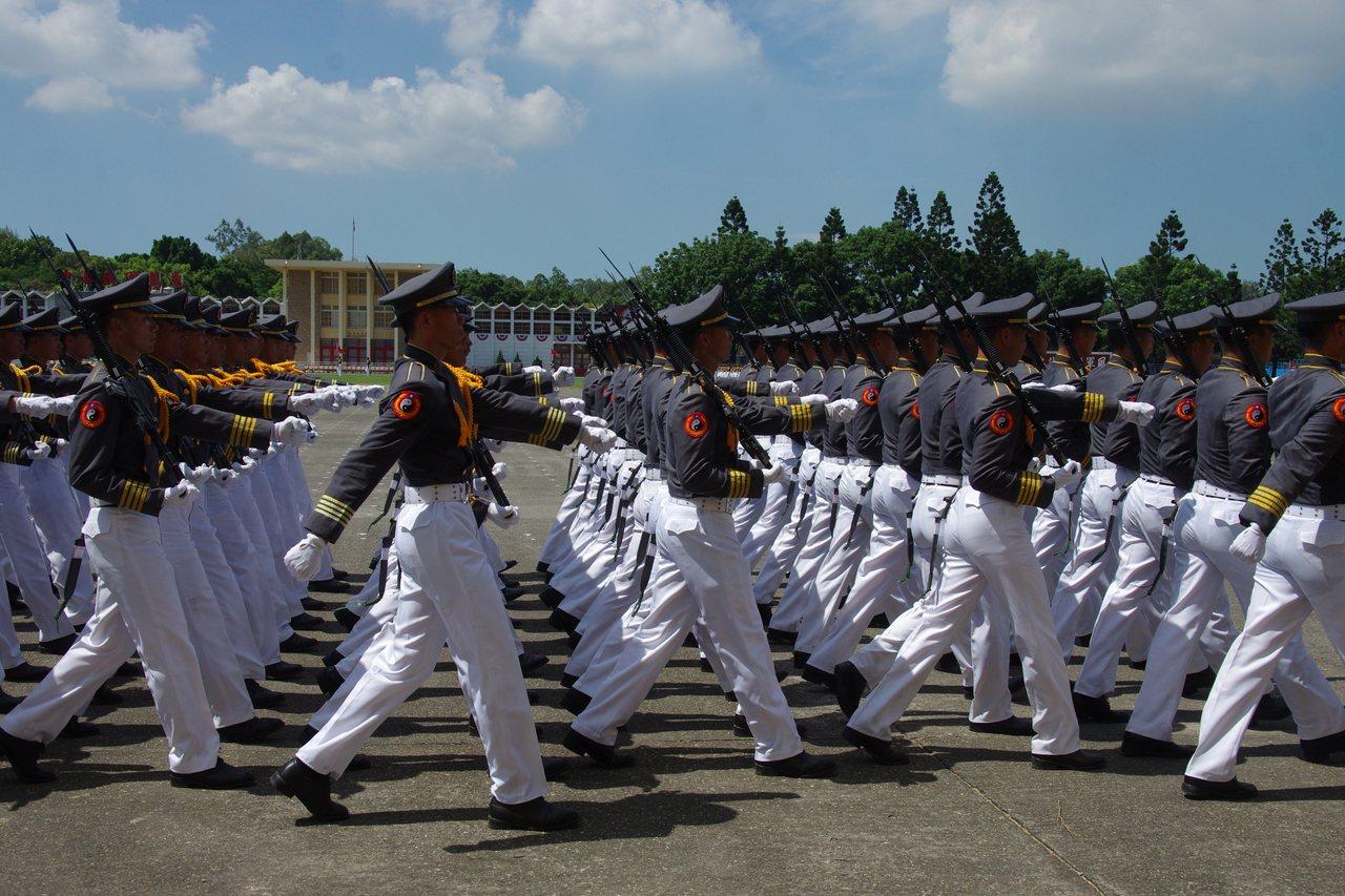 國軍近年基層軍官嚴重缺員,軍校與專業軍官班招考,都不敷所需。本報系資料照片,記者...