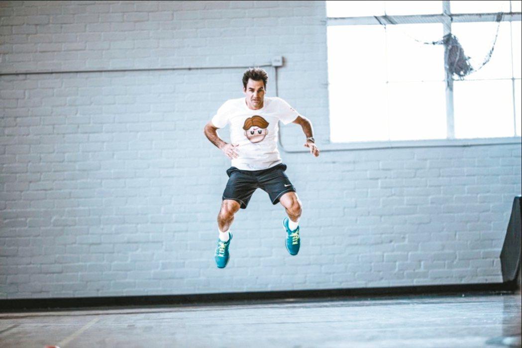 費德勒身上穿的,就是某知名運動大廠特別為他製作的emoji T恤。 圖/取自費德...