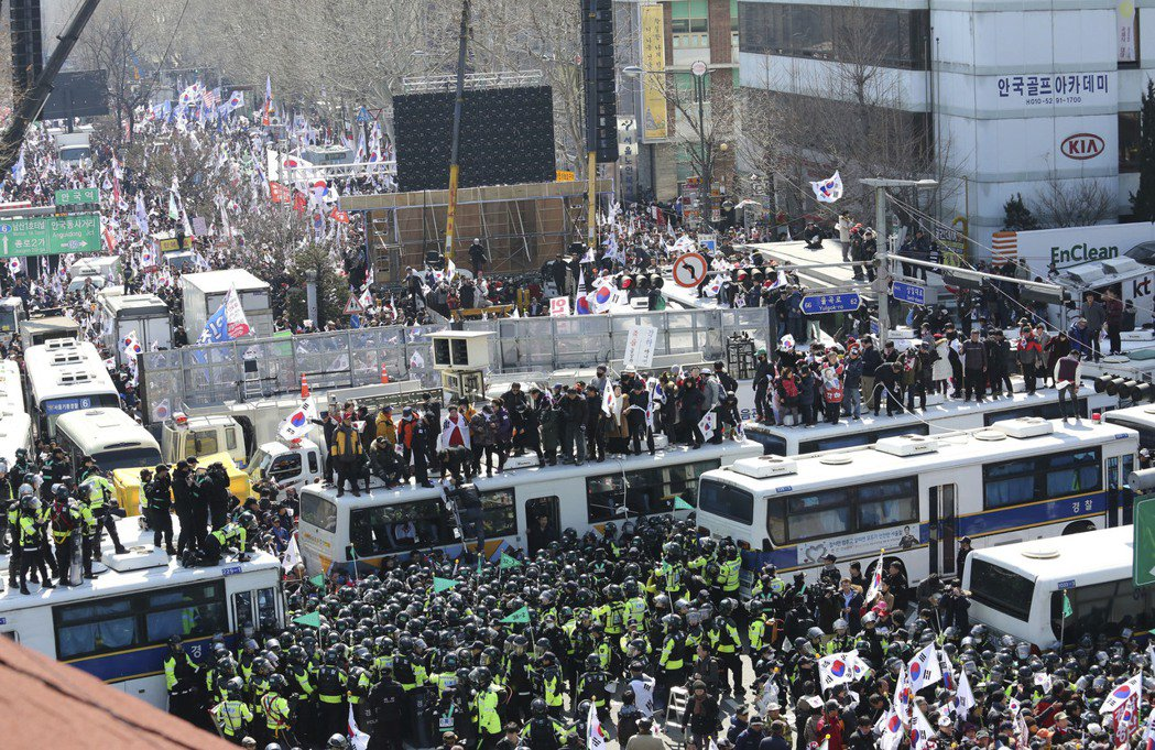 南韓憲法法院彈劾朴槿惠,大批挺朴群眾在法院外抗議,與警方推擠衝突。 美聯社