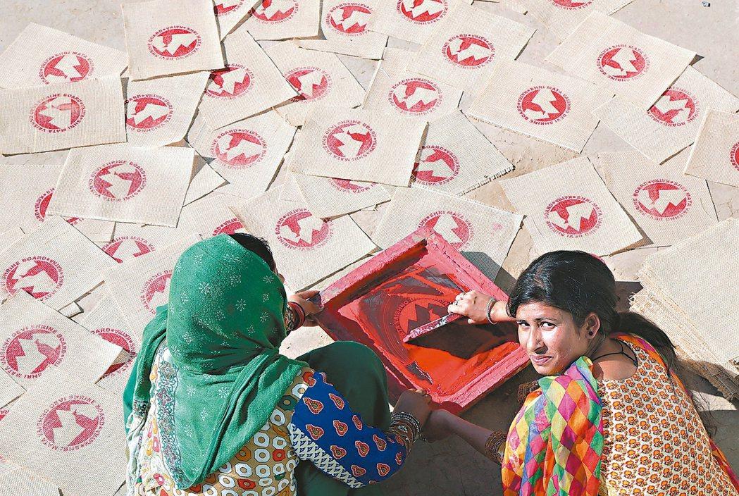 未來靠自己/印度23歲企業家拉婕妮.德菲(右)在喀什米爾的自宅工作室中,教導...