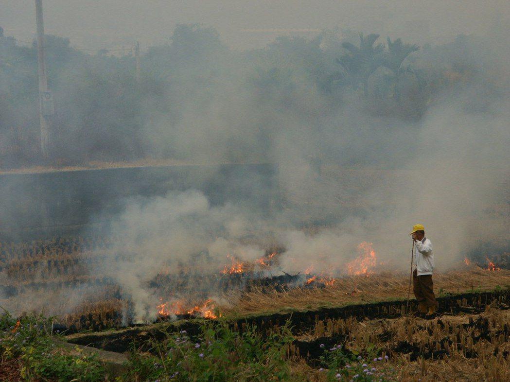 露天燒稻草,是鄉村空汙主要來源。 聯合報系資料照