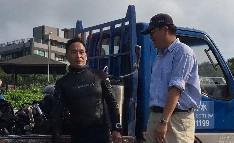 潛水教練俞明宏(左)自油汙發生後多次下水探查、除汙。 圖/台東縣環保局提供