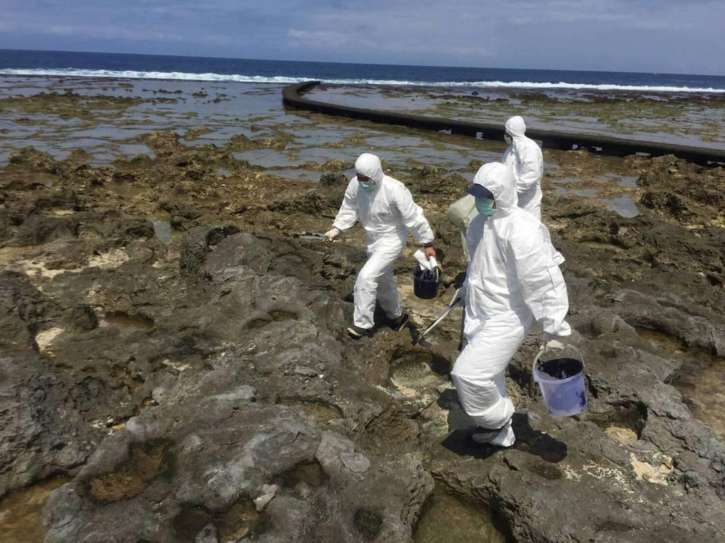 看得見的油汙會陸續清除,可怕的是看不見的生態傷害。 圖/台東縣環保局提供
