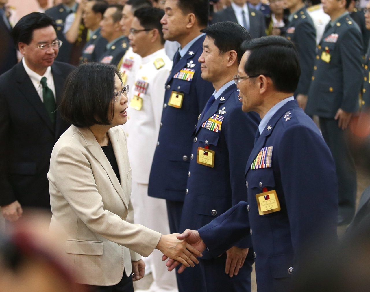 圖為2016年下半年陸海空軍將官晉任布達暨授階典禮,蔡英文總統(左)出席,為晉任...