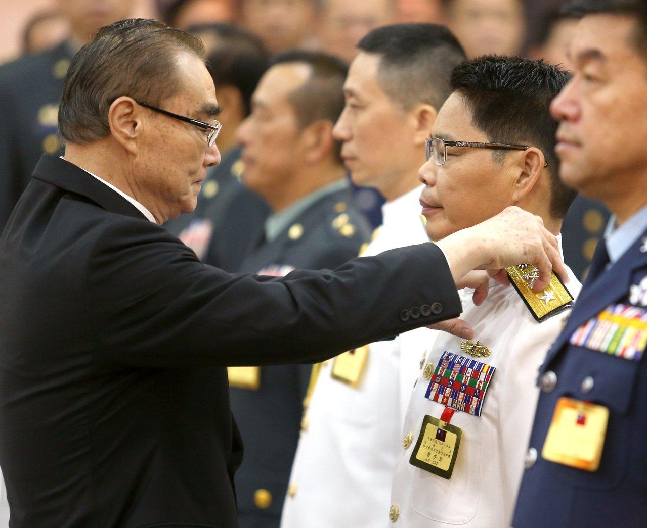 圖為2016年下半年陸海空軍將官晉任布達暨授階典禮,國防部長馮世寬(左)為晉任的...