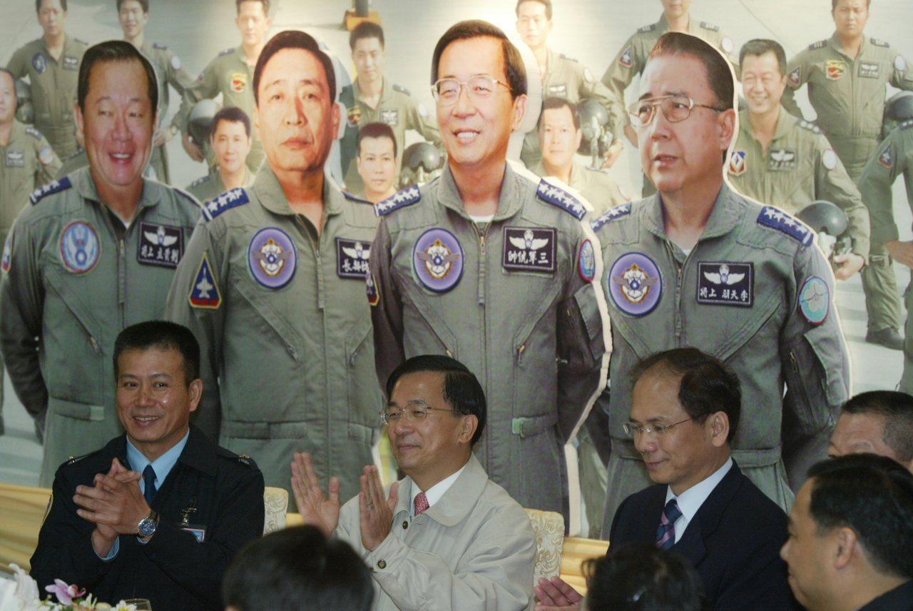 圖為2005年陳水扁總統南下視察台南空軍基地,將領公開在總統視察時大拍馬屁,將總...