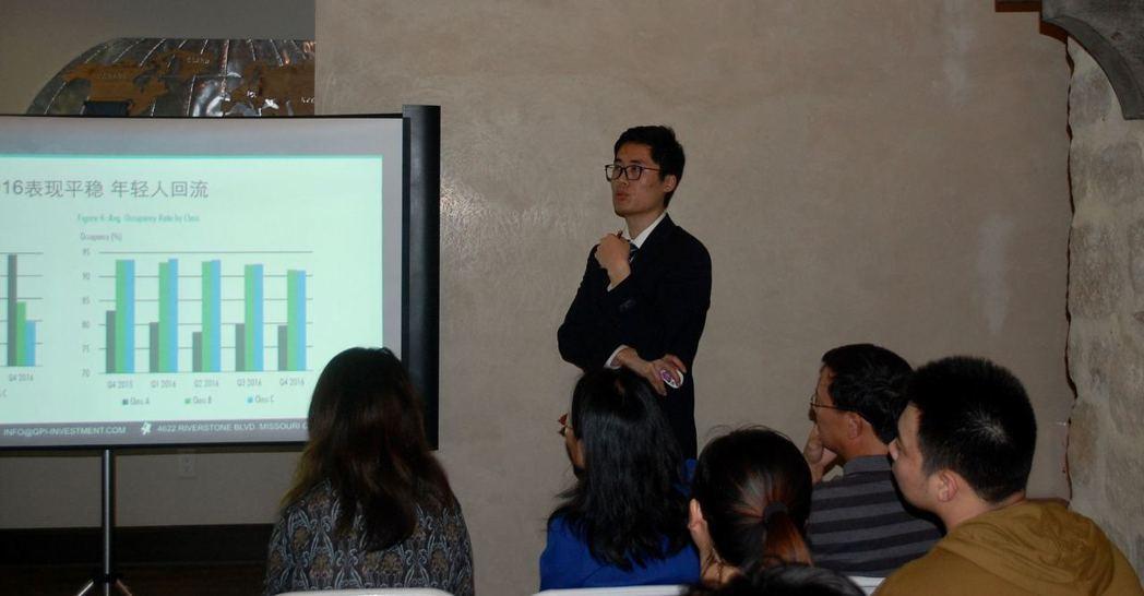 投資有限公司副主席Alex王講解地產形勢。記者陳開/攝影