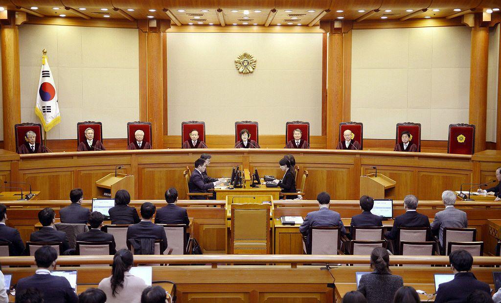 憲法裁判所李貞美宣布朴槿惠彈劾案判決結果。憲法法庭8名法官一致通過彈劾。 圖/美...