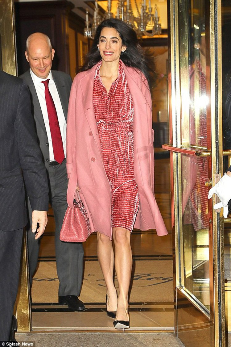 阿拉瑪汀穿著Bottega Veneta2017早春大衣,搭配同色系絲絨洋裝及B...