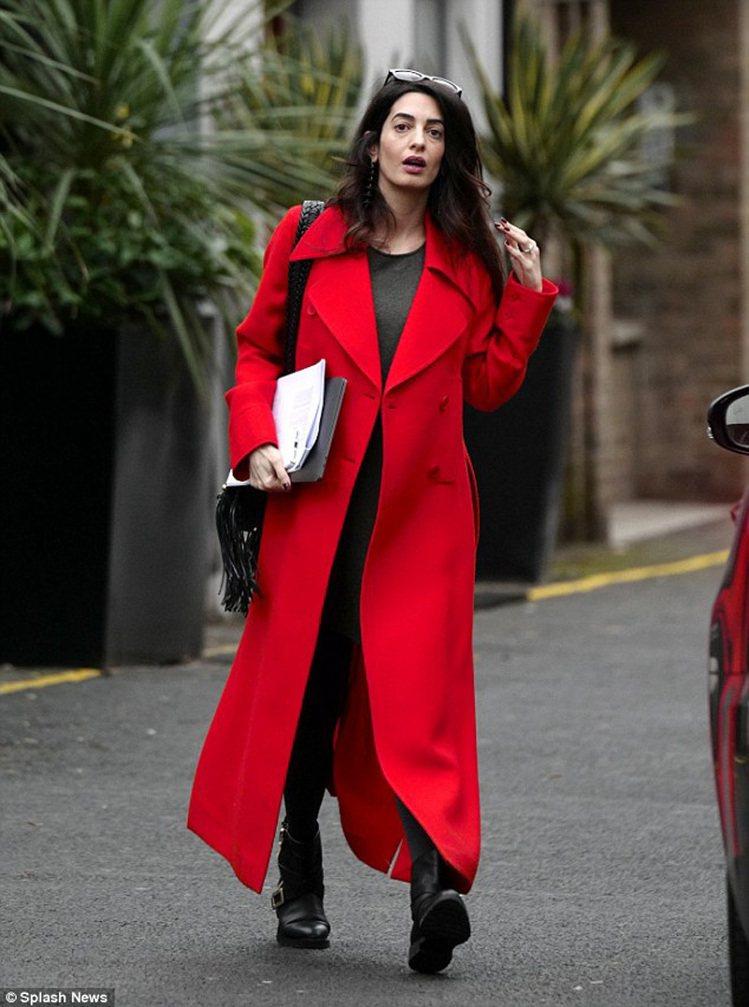 就算沒有高跟鞋,也拿起了一雙時髦的自行車靴,配上大紅色英國時裝設計師外套,光外套...