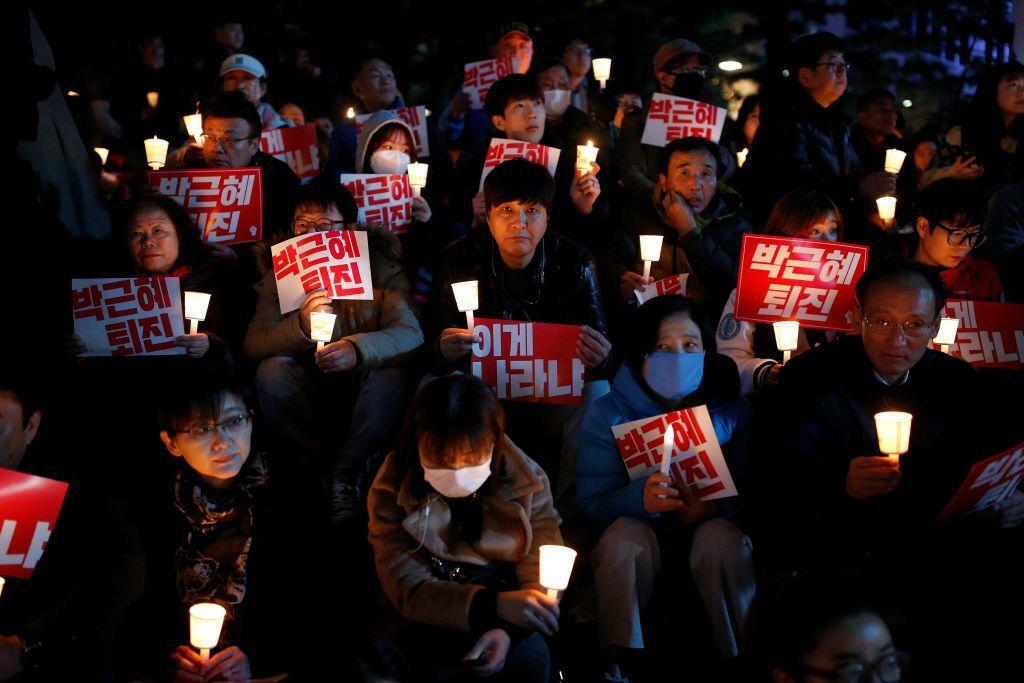 「舉著燭火遊行,對青瓦台喊著怒聲的人民,才是這個國家的主人!」 圖/美聯社