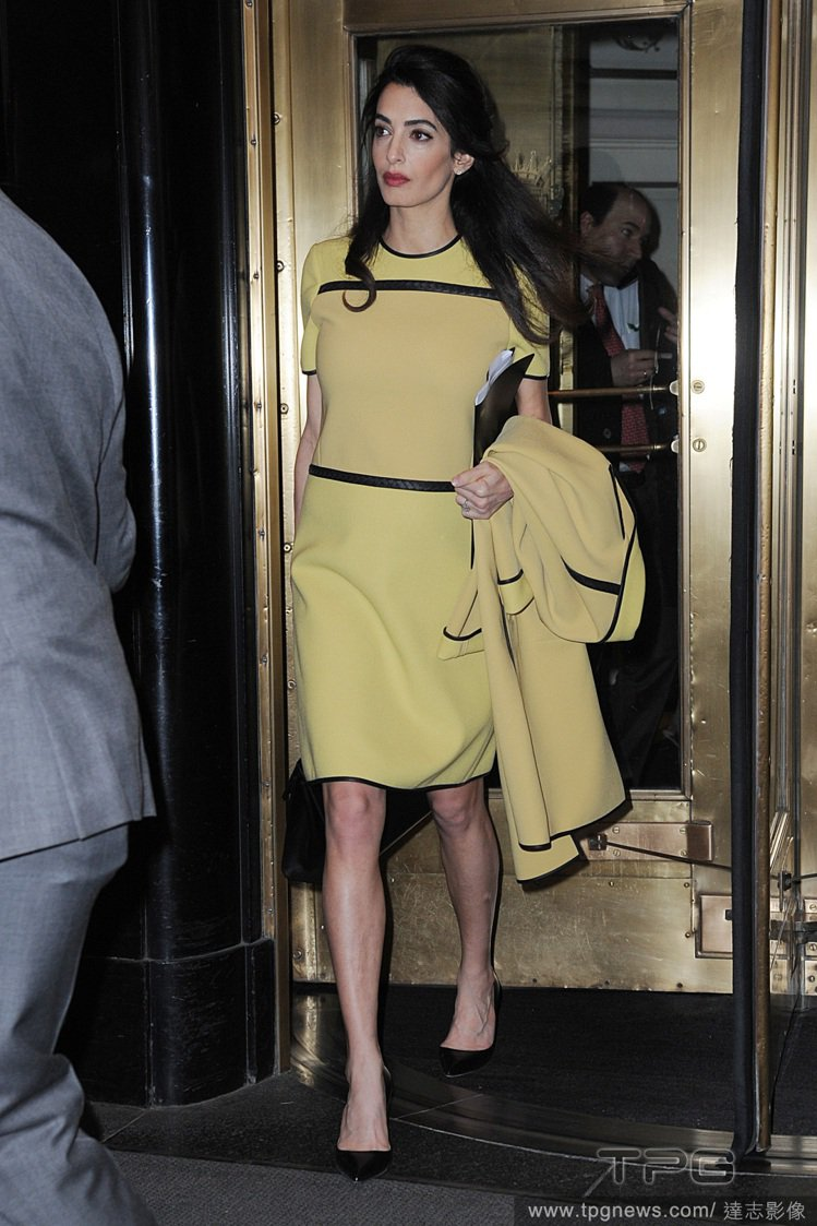 Bottega Veneta高調的黃色套裝,價值約3,000英鎊(台幣約1131...