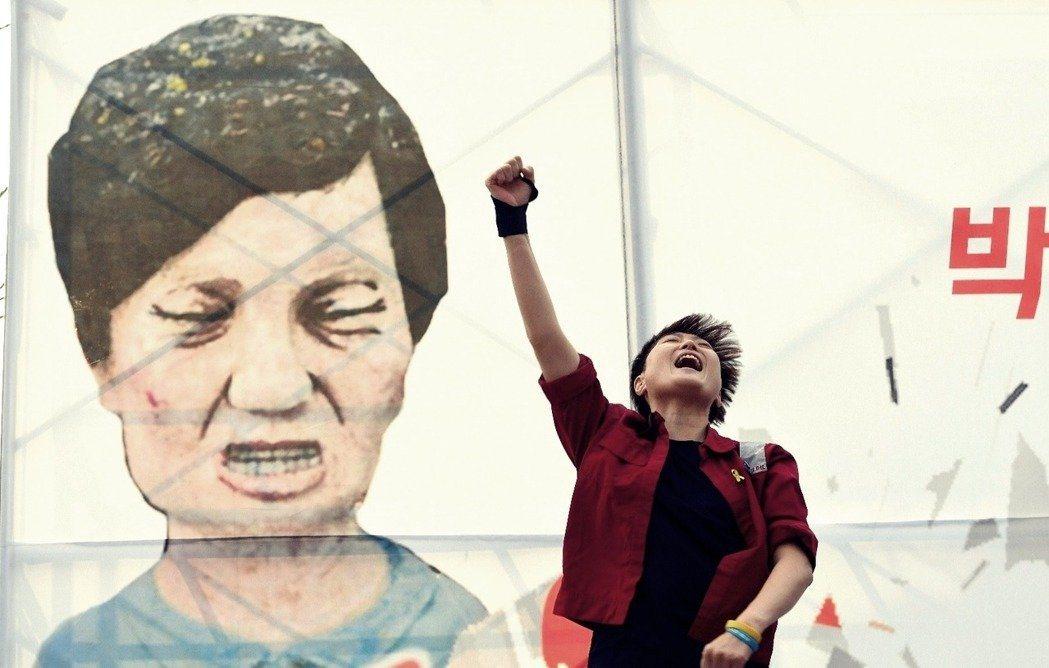 「究竟我們要讓這位東北亞第一位民選女總統待到什麼時候啊?什麼時候朴槿惠才會下台啊?」 圖/法新社