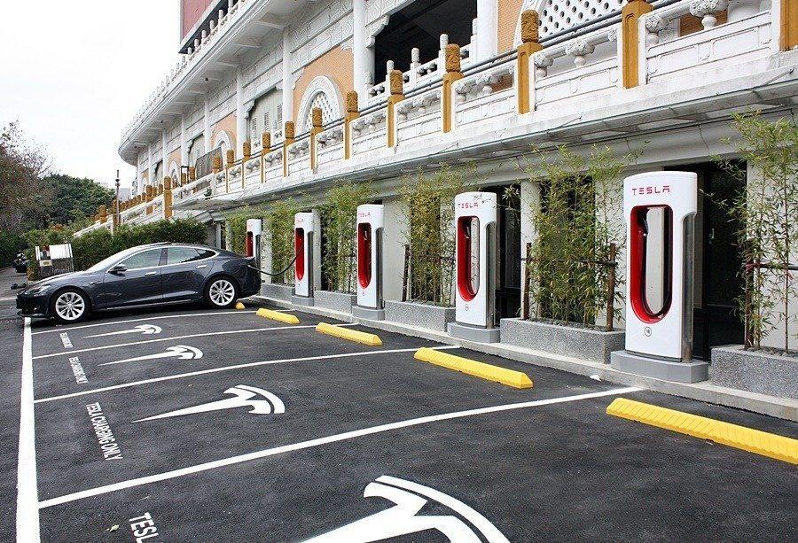 台北花博公園的超級充電站。 Tesla提供