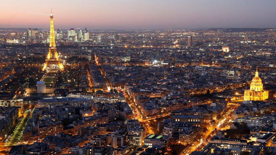 從空中看巴黎夜景超迷人,但若近看,地面的菸蒂垃圾超可怕。 路透