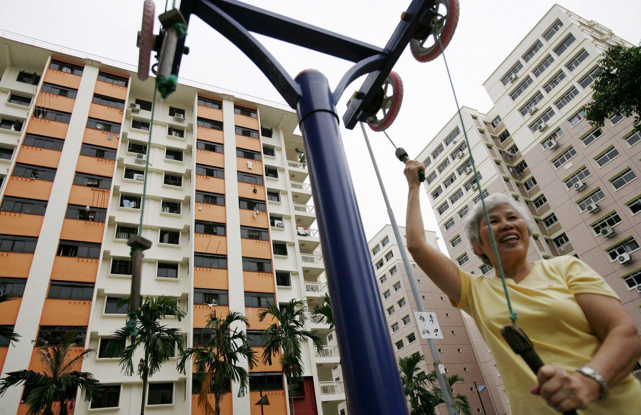 新加坡房價經歷逾三年下滑後,其房市政策已開始放寬若干規定。反之香港在去年房價短暫...