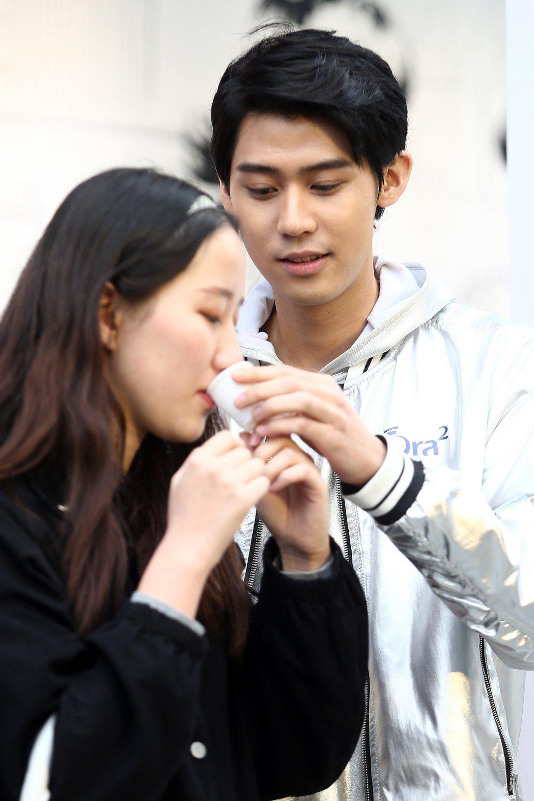李玉璽出席牙膏活動,在白色情人節前夕貼心和影迷互動,親自遞上漱口水與親餵限量甜點...