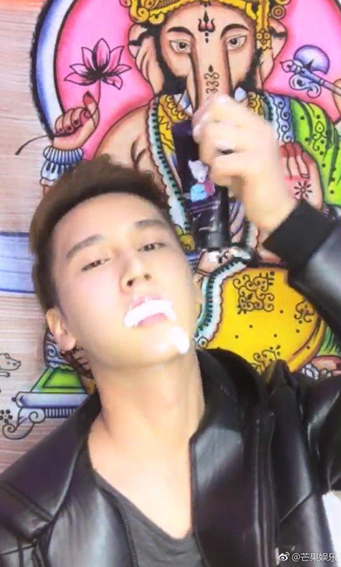 大陸「小鮮肉」男星董玉峰,日前在直播中當場吃掉了整條洗面乳。圖/取自微博