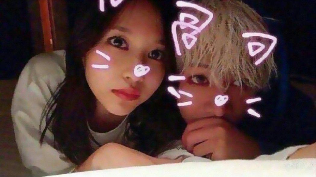 Mina和BamBam的親密合照在網路上流傳。圖/摘自推特