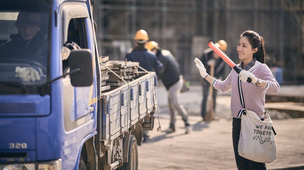 安唯綾拍「勞動之王」在工地指揮交通。圖/客台提供