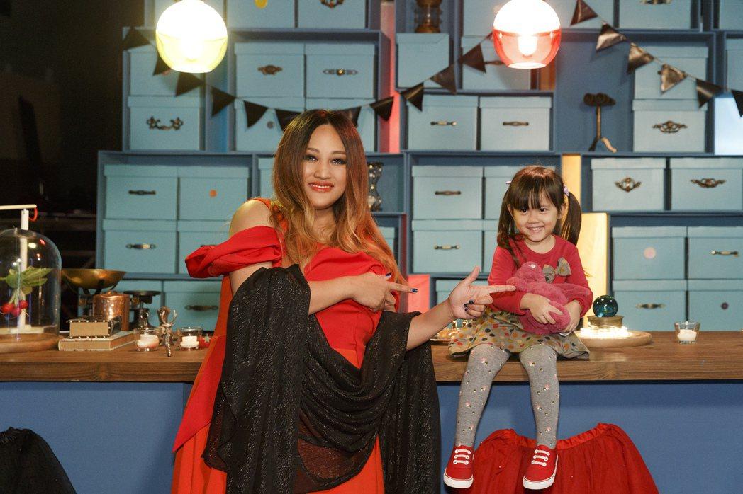家家(左)化身魔法師與4歲小女孩合作拍MV。圖/相信音樂提供