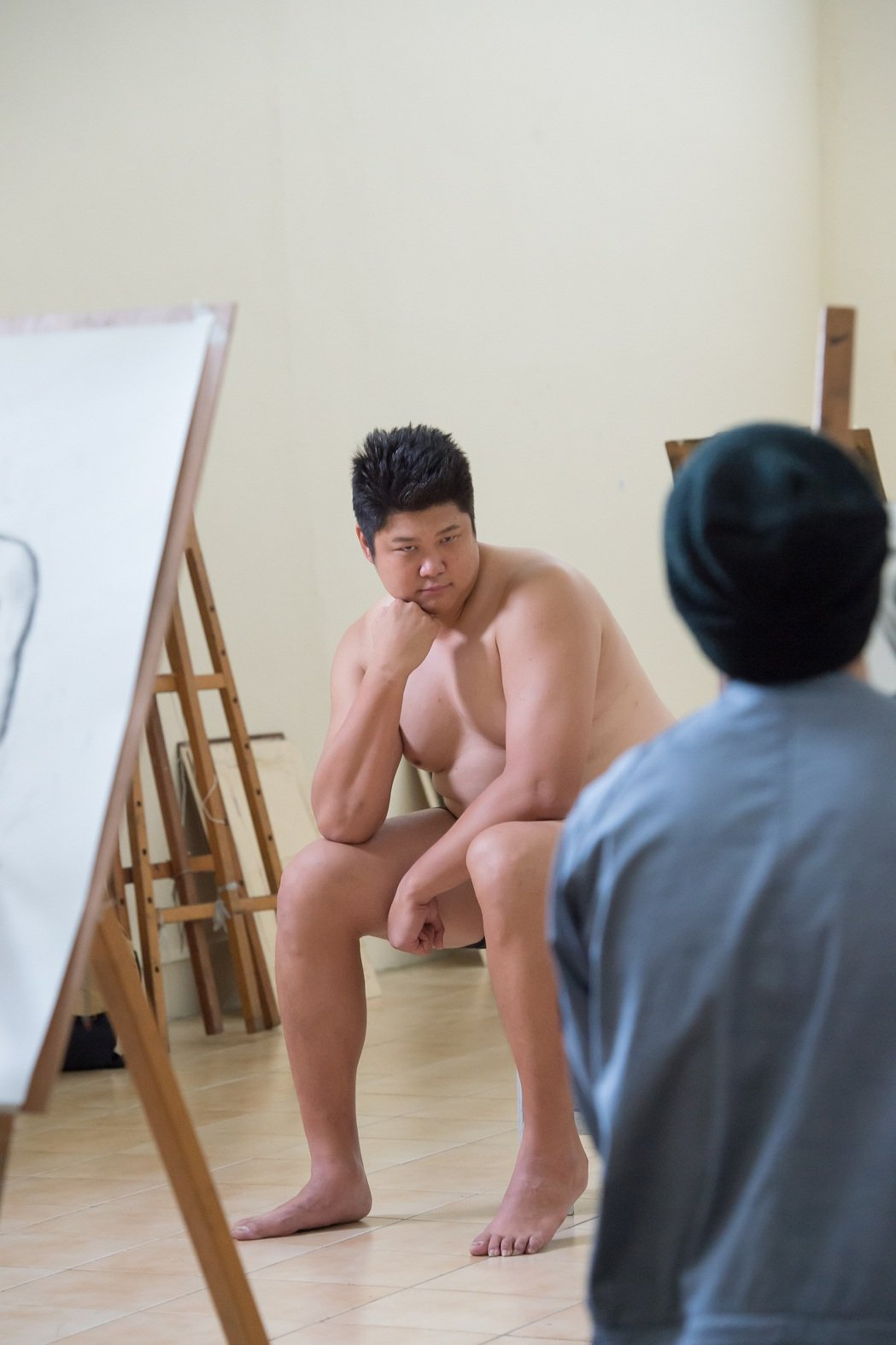 哈孝遠拍「酸甜之味」擔任人體模特兒,各種逗趣表情令人噴飯。圖/TVBS 提供
