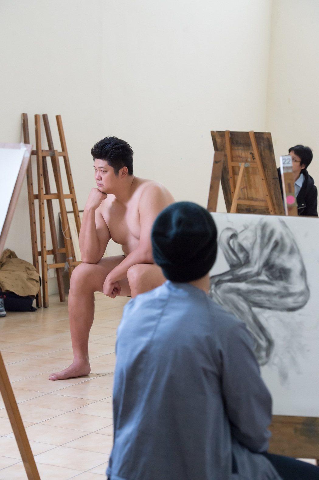 哈孝遠拍「酸甜之味」擔任人體模特兒,大膽突破尺度脫了。圖/TVBS 提供