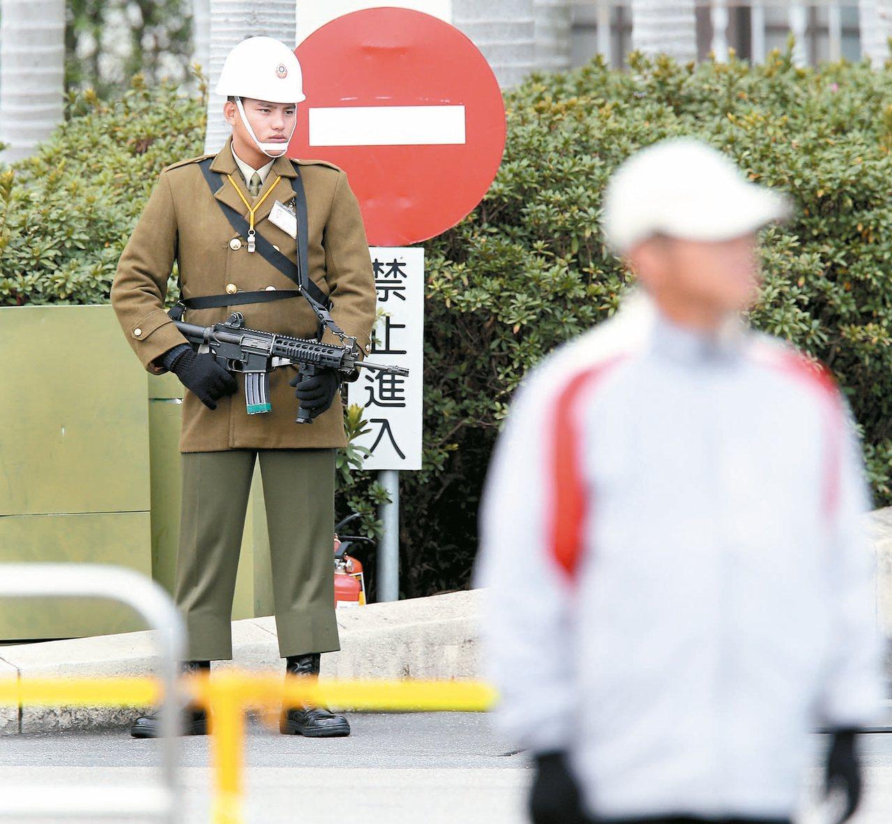 英系立委擔憂台灣被共諜滲透嚴重,提出訂定「反滲透法」主張。圖為總統府前一位憲兵持...