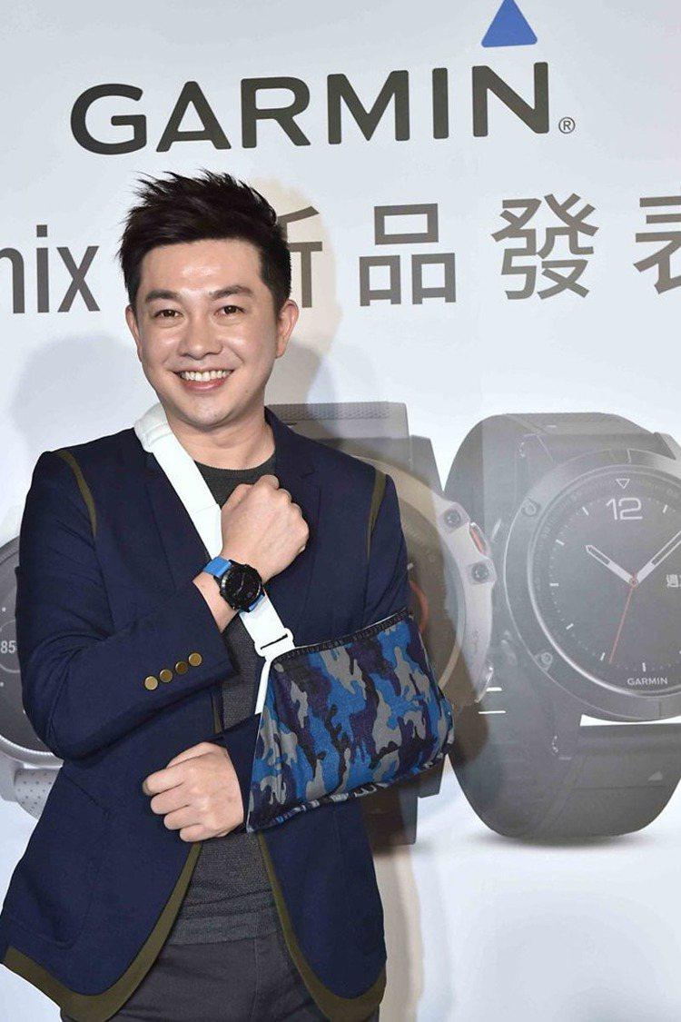 李明川出席Garmin高階智慧腕表fenix 5系列發表會,受傷的護腕帶也成了時...