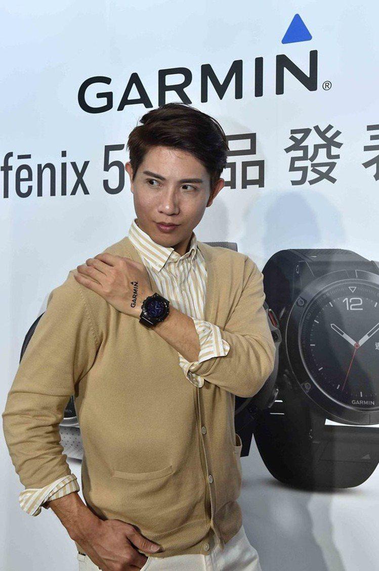 Garmin fenix 5系列發表,李明川以石板灰色鏈帶搭配都會質男淺杏色針織...