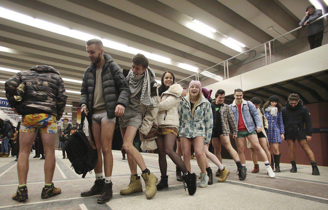 波蘭華沙的地鐵無褲日。 (美聯社)