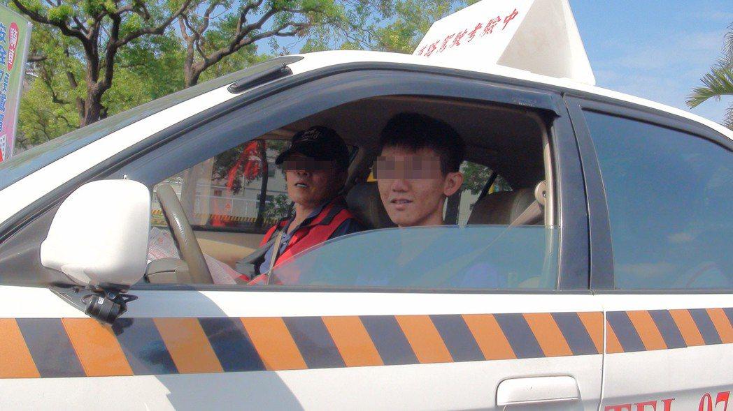 路考考照時,考照者(右)手握方向盤緊張不已,但取得駕照之後,也多敢直接開車上馬路...