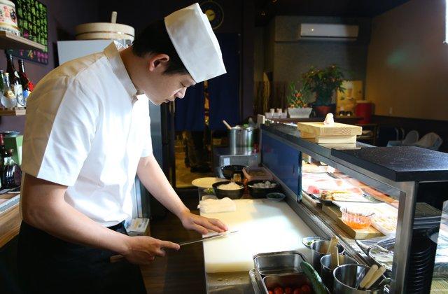 主廚莊富程每日親自採買新鮮魚貨。
