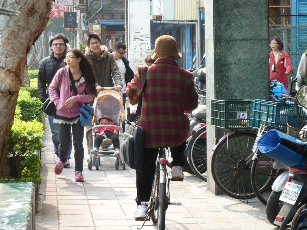 在台灣,經常可看到人車爭道、險象環生的畫面。記者周志豪/攝影