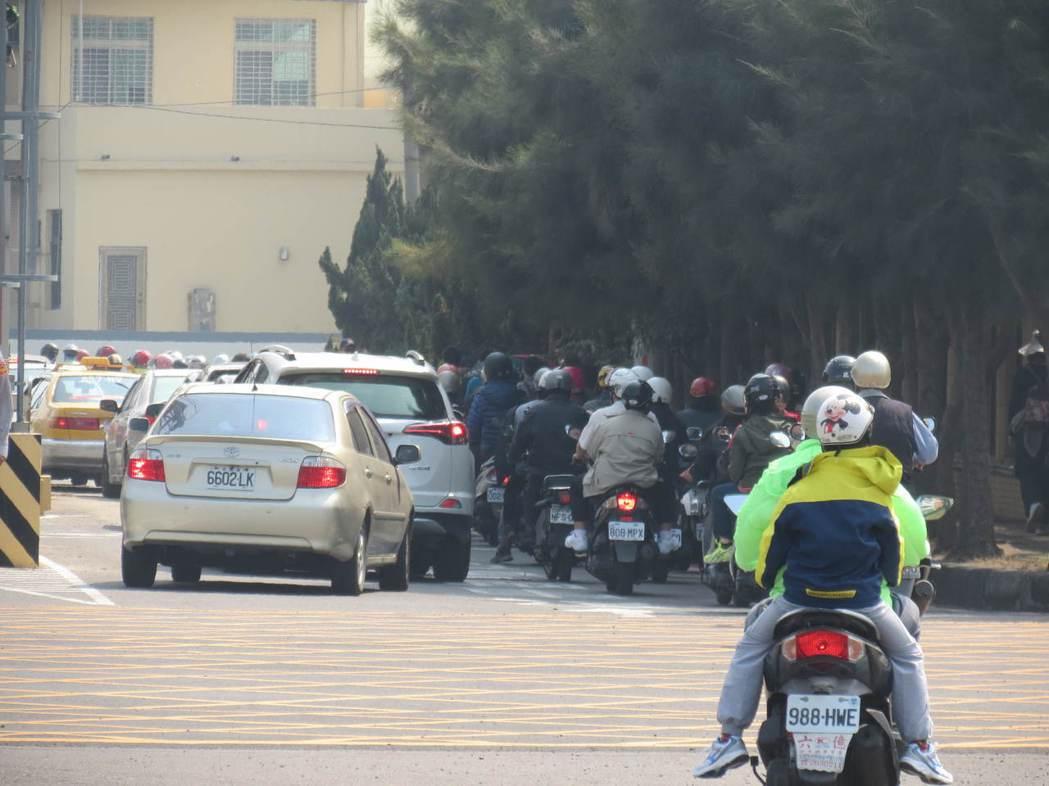 在台灣,經常可看到汽機車爭道、險象環生的畫面。記者周宗禎/攝影