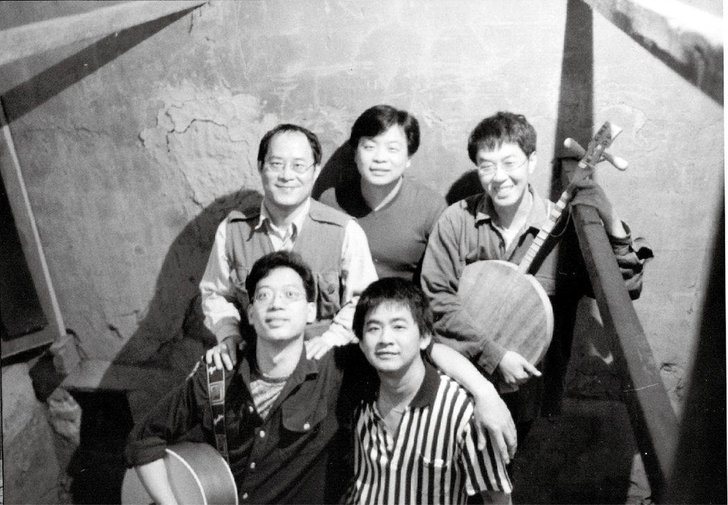 交工樂隊,來自美濃客家莊的獨立樂團,十五年前改裝廢棄菸樓作為錄音室,在此錄下《菊花夜行軍》——一張關於農村命運的魔幻寫實專輯。 圖/山下民謠提供