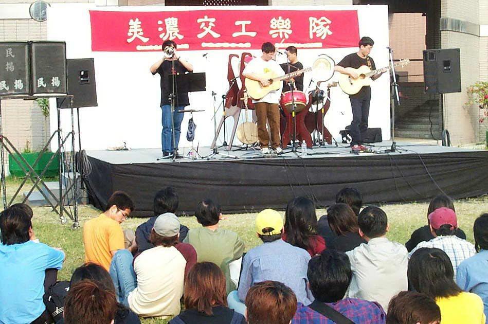 2001年交工樂隊《菊花夜行軍》表演。 圖/聯合報系資料照