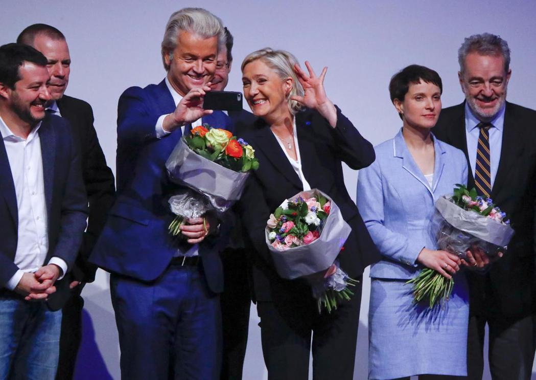 歐洲議會內的極右勢力——「民族和自由歐洲黨團」——左起為義大利北方聯盟主席薩爾維...